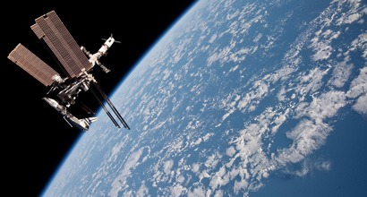 Стыковка МКС и шаттла Индевор (Endeavour) на высоте 350 км над Землей.