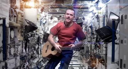 Канадский астронавт исполнил на МКС песню Дэвида Боуи Space Oddity
